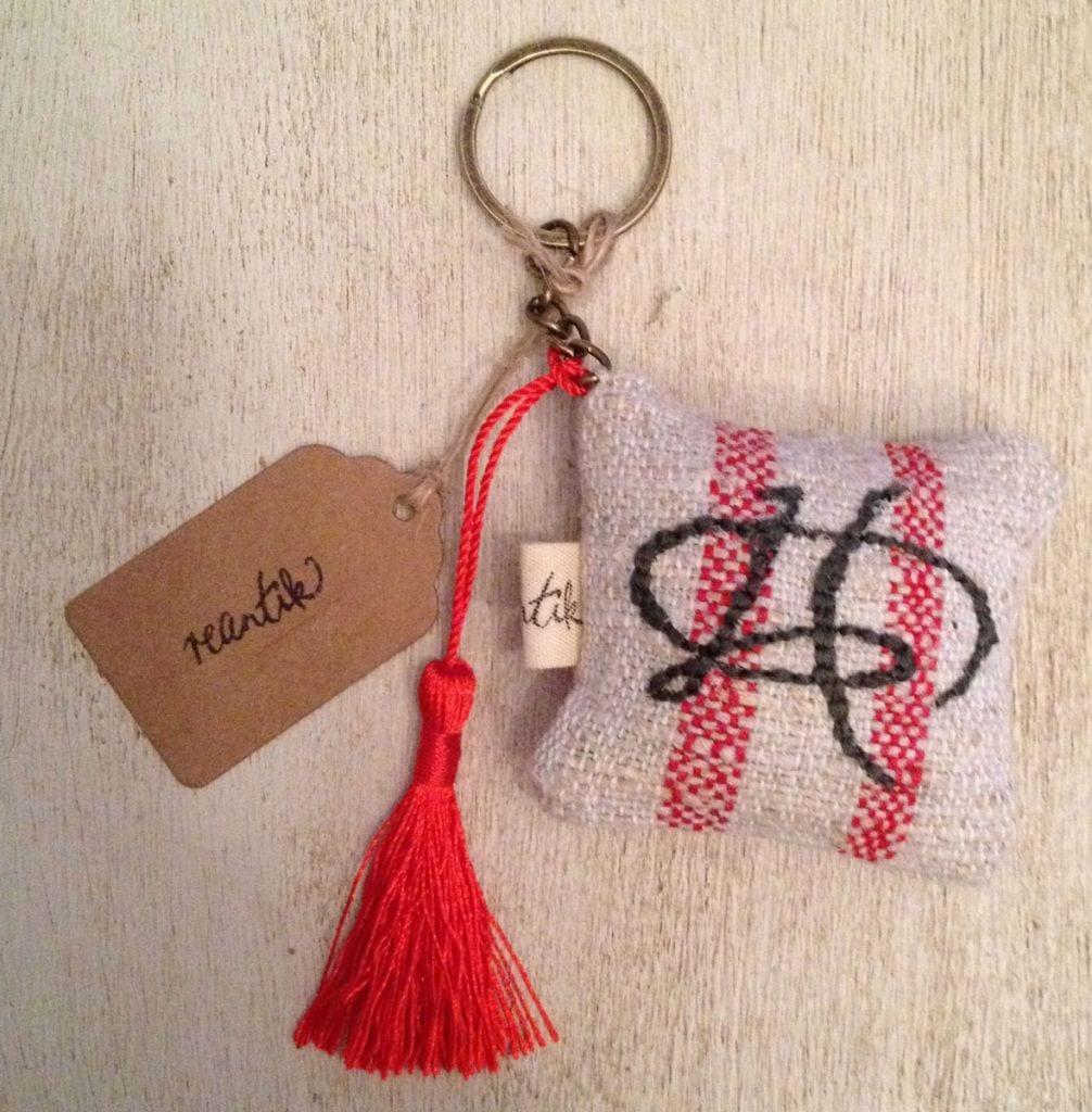 hímzett monogramos kulcstartó-párnácska: antik kéziszövött csíkos vászonból bojttal