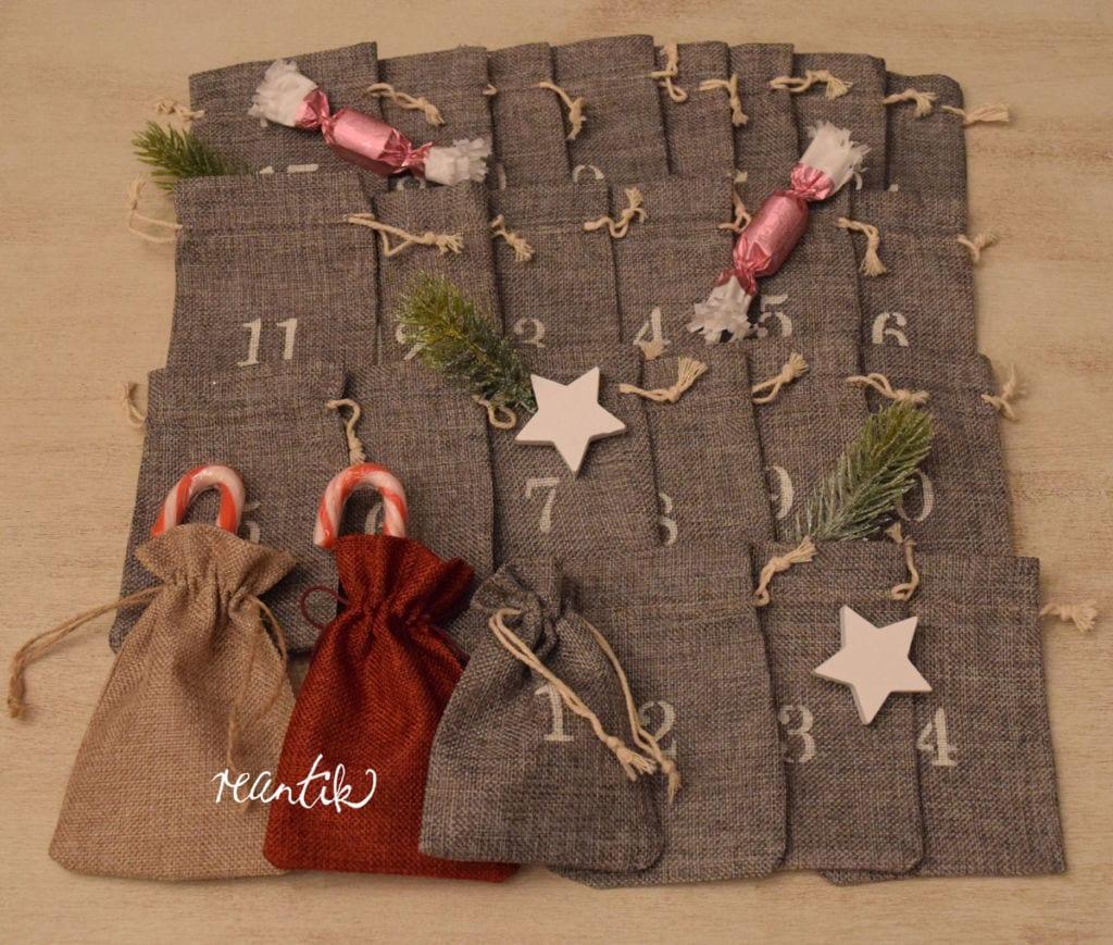adventi naptár - stenilezett zsákok, piros, natúr és szürke színben