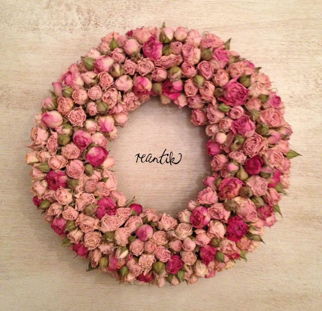 apró illatos rózsából készített koszorú - 24 cm