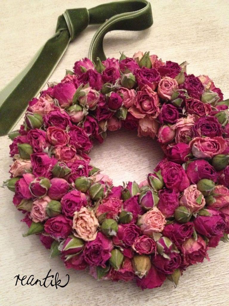 apró illatos rózsából készített koszorú bársonyszalaggal - 19 cm