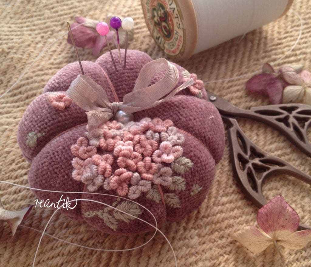 fáradtrózsaszínű bársony tűpárna egyedi hortenzia hímzéssel selyemszalaggal